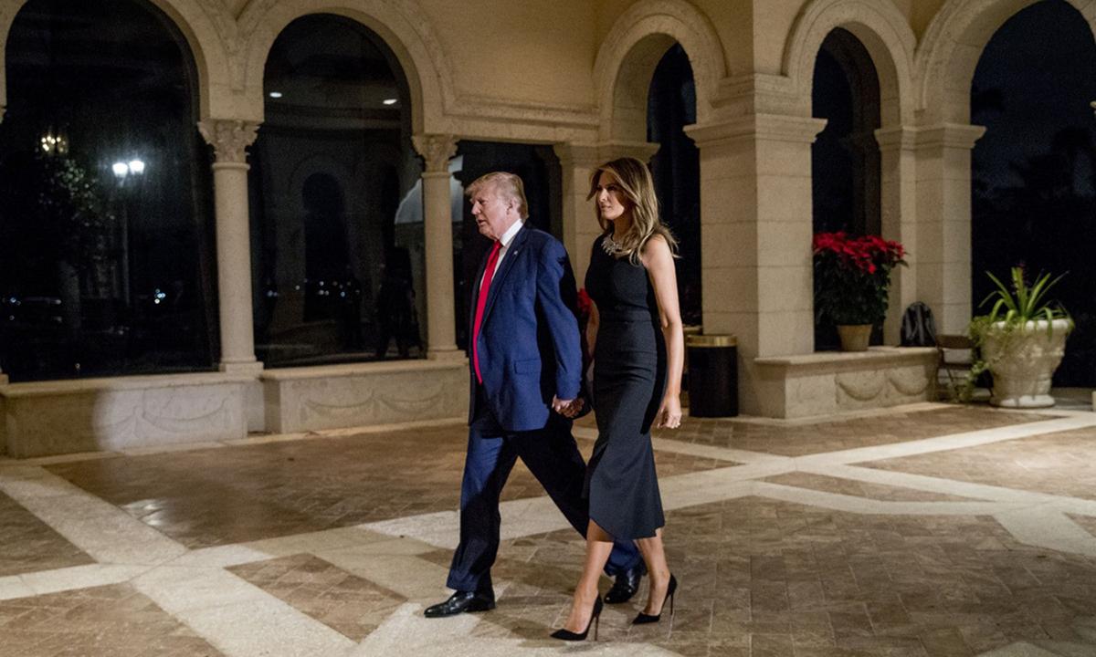 Tổng thống Donald Trump và Đệ nhất phu nhân Melania tại khu nghỉ dưỡng Mar-a-Lago ở Palm Beach, bang Florida hôm 24/12. Ảnh: AP.