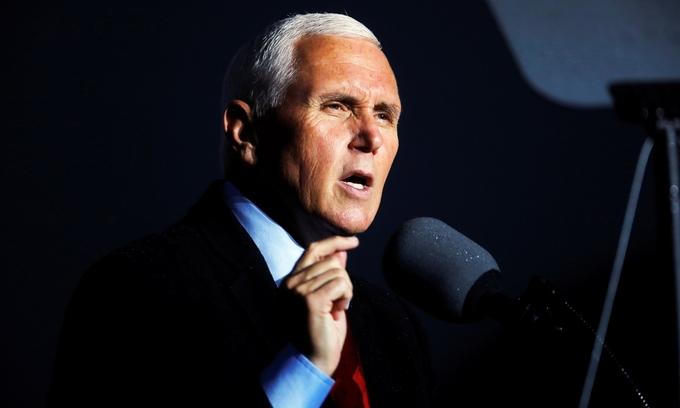 Phó tổng thống Mike Pence tại mít tinh ở Bắc Carolina ngày 25/10. Ảnh: Reuters.