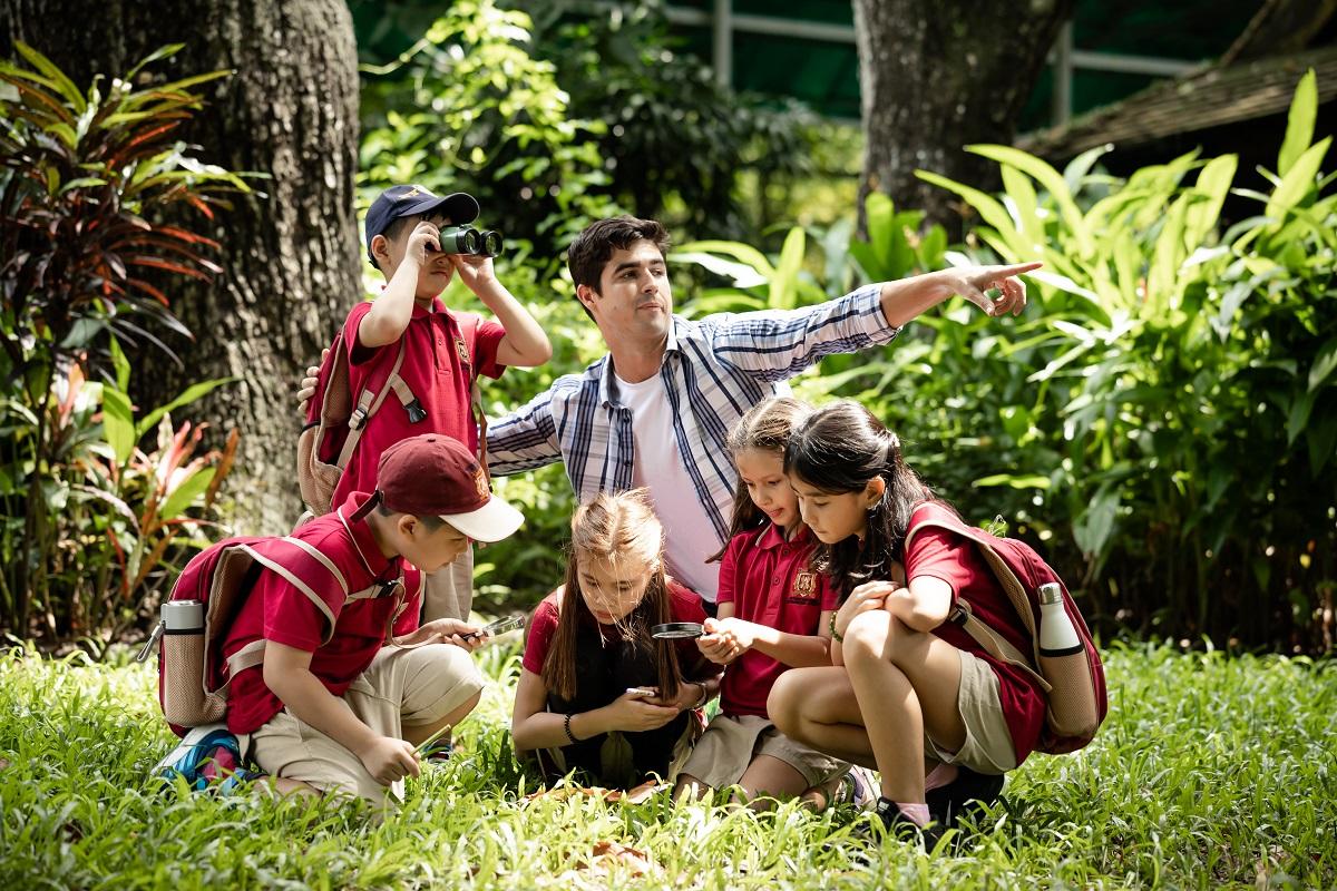 Học sinh được giáo dục ý thức bảo vệ môi trường thông qua giờ ngoại khóa, dự án sống xanh. Ảnh: VAS.