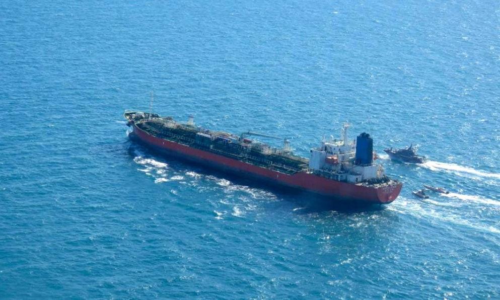 Tàu hàng Hankuk Chemi bị tàu tuần tra Iran áp sát hôm 4/1. Ảnh: Tasnim News.