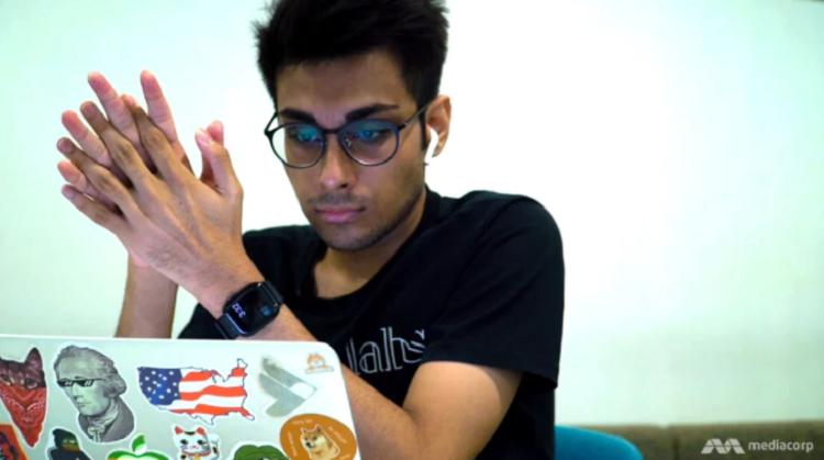 Harsh hiện vừa là sinh viên trường Bách khoa Singapore, vừa đảm nhiệm chức vụ CEO của Team Labs, Ảnh: Mediacorp.