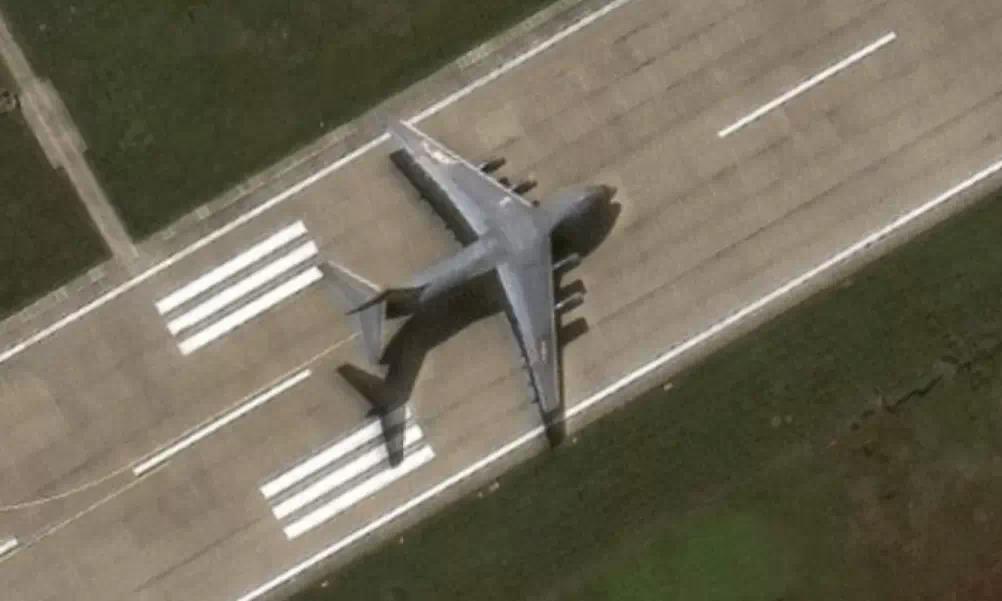 Chiếc Y-20 hạ cánh trái phép tại đá Chữ Thập hôm 25/12/2020. Ảnh: Maxar Technologies.