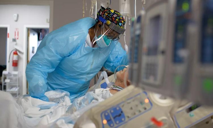 Nhân viên y tế chăm sóc cho một bệnh nhân Covid-19 tại trung tâm United Memorial ở Houston, Texas, ngày 4/12. Ảnh: AFP.