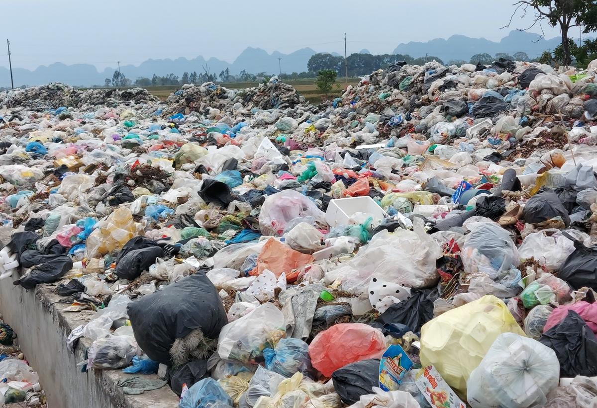 Hàng tấn rác ùn ứ tại địa bàn thị trấn Đại Nghĩa, huyện Mỹ Đức cuối tháng 12/2020. Ảnh: Anh Tuấn.