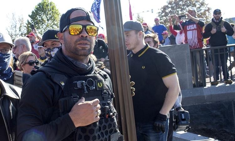 Enrique Tarrio (đeo kính râm vàng) tham gia tuần hành ủng hộ Tổng thống Donald Trump tại thủ đô Washington hôm 14/11. Ảnh: Corbis.