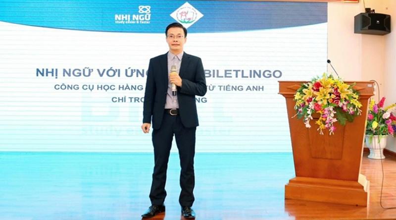 Anh Nùng trong buổi ra mắt, giới thiệu phương pháp Nhị ngữ - Bilet và phần mềm học với thầy cô, phụ huynh trường THCS Nghĩa Tân, Cầu Giấy, Hà Nội, tháng 12/2020. Ảnh: Nhân vật cung cấp