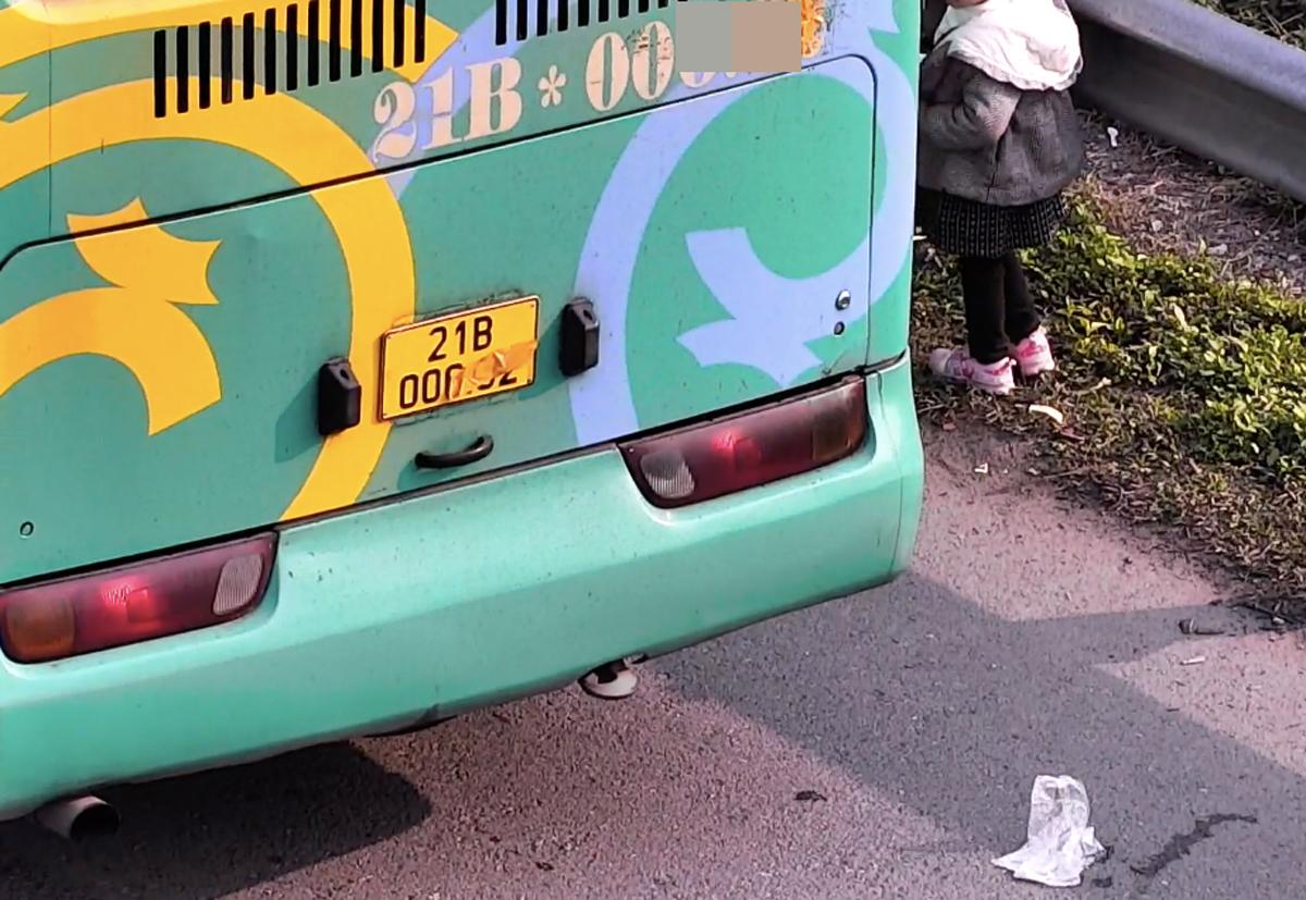 Xe khách che biển số bị camera trên cao tốc Nội Bài-Lào Cai ghi lại hôm 3/1. Ảnh cắt từ clip.