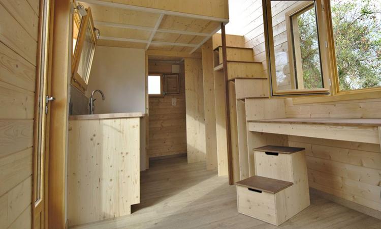 Cầu thang dẫn lên phòng ngủ của nhà mái trượt. Ảnh: Optinid.
