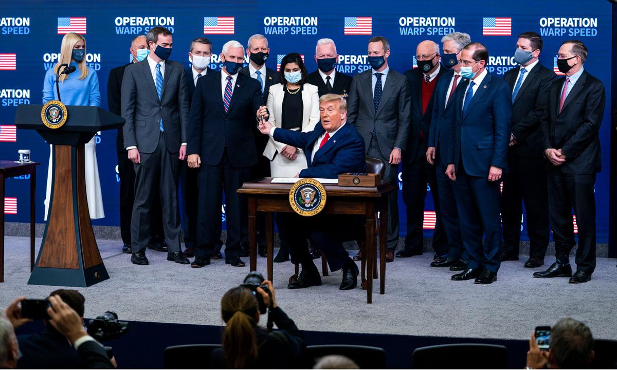 Tổng thống Donald Trump tại lễ ký sắc lệnh ưu tiên vaccine cho người Mỹ tại Nhà Trắng hôm 8/12. Ảnh: NYTimes.