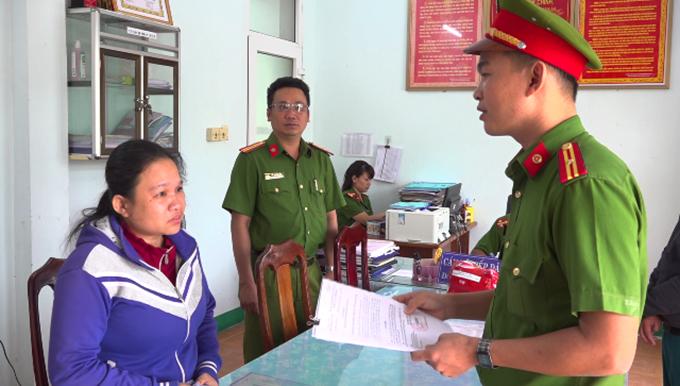 Cảnh sát đọc lệnh bắt Lê Thị Thanh Thùy. Ảnh: Xuân Mai.