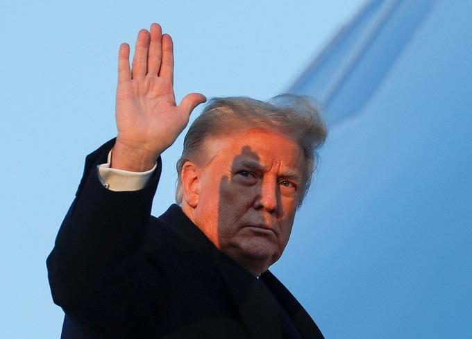 [Tổng thống Donald Trump vẫy tay chào khi lên chuyên cơ tại căn cứ Andrews ở Maryland hôm 23/12/2020. Ảnh: Reuters.