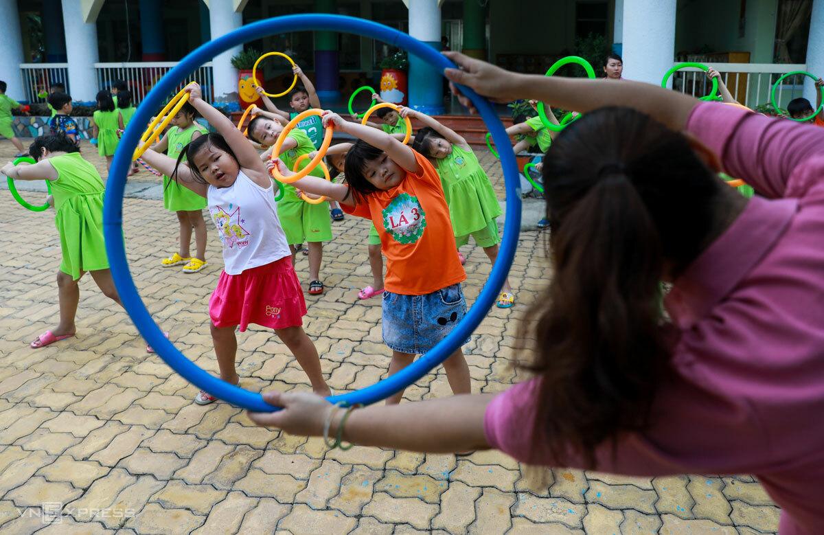 Cô giáo trường mầm non Củ Chi, TP HCM hướng dẫn trẻ trò chơi, tháng 6/2020. Ảnh: Quỳnh Trần