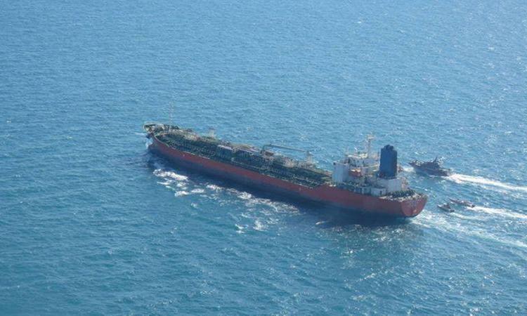 Tàu hàng Hankuk Chemi bị tàu tuần tra Iran áp sát hôm 4/1. Ảnh: Reuters.