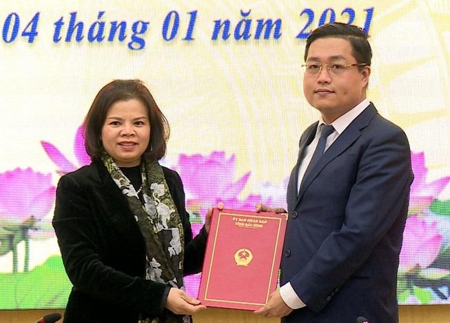 Ông Nguyễn Nhân Chinh (bìa phải) nhận quyết định bổ nhiệm làm Giám đốc Sở Lao động Thương binh Xã hội tỉnh Bắc Ninh. Ảnh: VGP