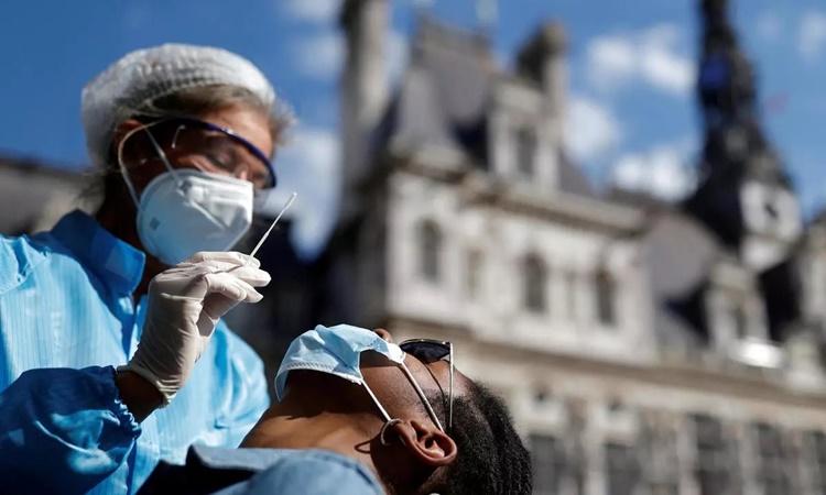Nhân viên y tế lấy mẫu xét nghiệm Covid-19 cho một người dân ở Paris, Pháp, hồi tháng 9. Ảnh: Reuters.