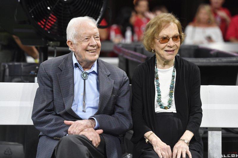 Cựu tổng thống Jimmy Carter và phu nhân Rosalynn Carter xem một trận đấu bóng bầu dục ở Atlanta hồi năm 2018. Ảnh: AP.