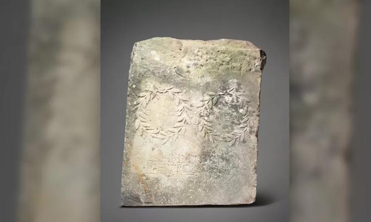Miếng cẩm thạch chạm khắc hình vòng nguyệt quế có niên đại 1.800 năm. Ảnh: Woolley and Wallis.