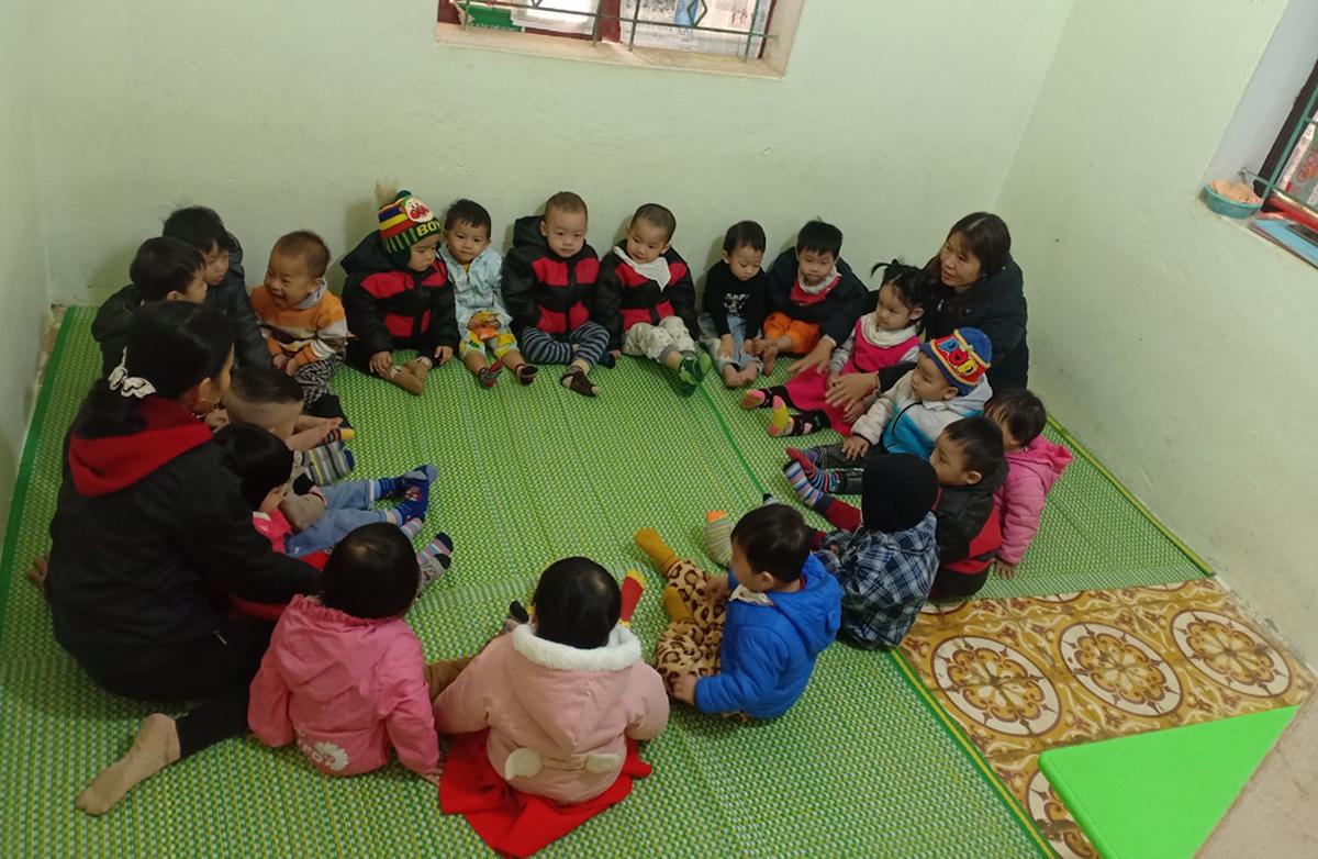 Học sinh trường Mầm non Điền Hạ hiện được bố trí học tạm tại các khu phòng chật chội ở trụ sở UBND xã cũ. Ảnh: Lam Sơn.