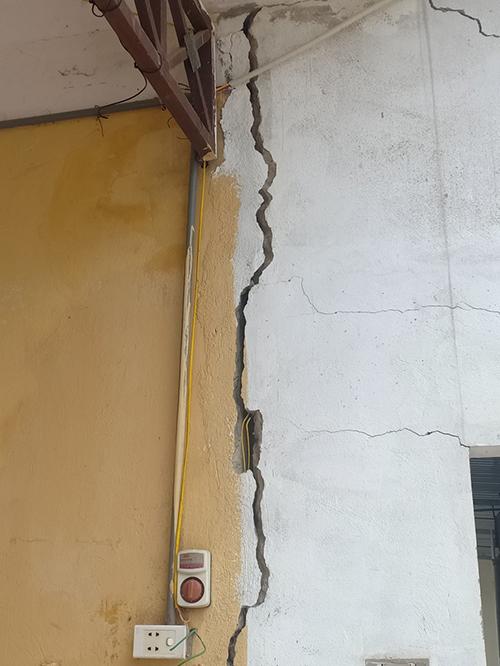 Nhiều phòng học khác ở trường Mầm non Điền Hạ đã nứt toác, nguy cơ mất an toàn. Ảnh: Lam Sơn.