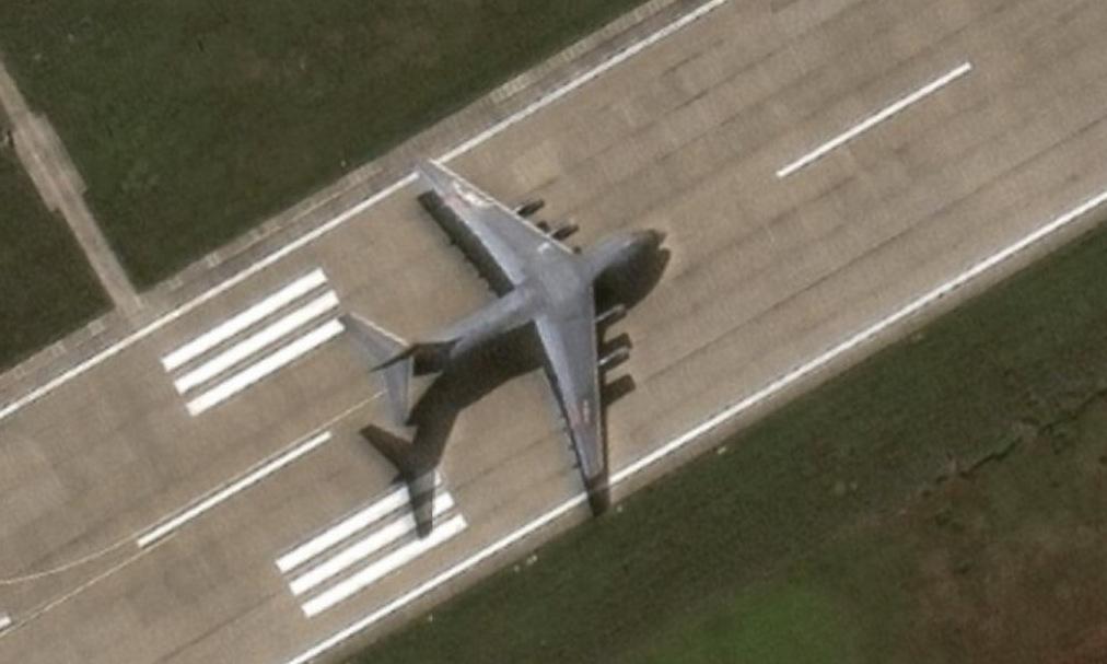 Chiếc Y-20 nghi hạ cánh trái phép tại đá Chữ Thập hôm 25/12/2020. Ảnh: Maxar Technologies.
