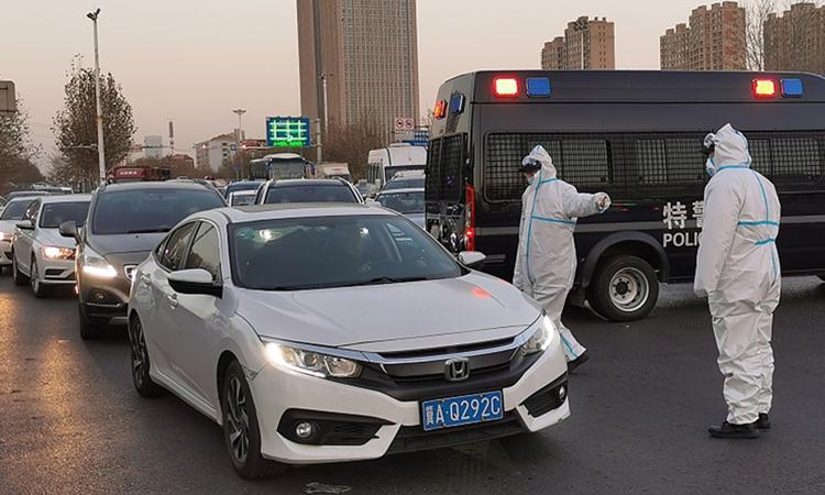 Nhân viên y tế làm nhiệm vụ kiểm soát trên một tuyến đường cao tốc nối Thạch Gia Trang ở Hà Bắc với thủ đô Bắc Kinh và với các tỉnh lân cận khác hôm nay. Ảnh: VCG.