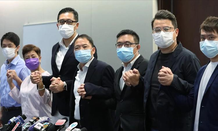 Các nghị sĩ đảng Dân chủ ở Hong Kong trong cuộc họp báo tháng 8/2020. Ảnh: SCMP.