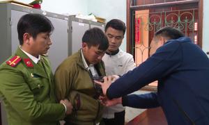 Thanh niên giấu hai bánh heroin trong áo khoác bị bắt