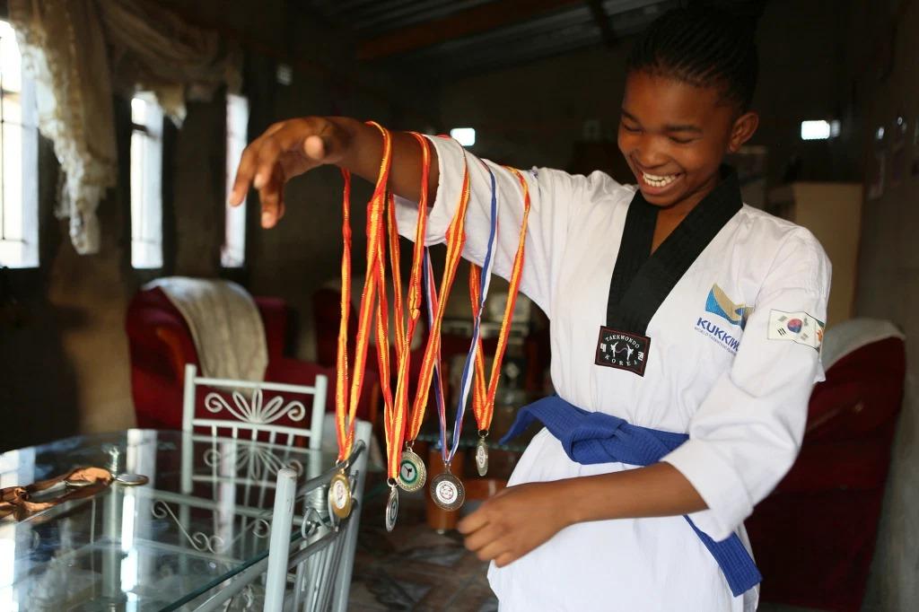 Natsiraishe Maritsa bên bộ sưu tập huy chương taekwondo. Ảnh: AP