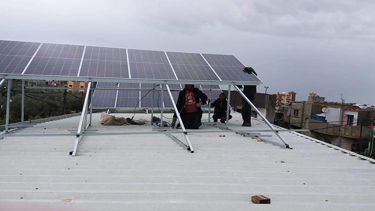 Cỗ máy của Watergen chạy bằng điện từ năng lượng mặt trời. Ảnh: Courtesy/ISRAEL21c.