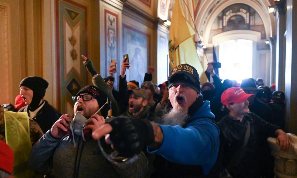 Đám đông ủng hộ Tổng thống Donald Trump tràn vào trong tòa nhà quốc hội Mỹ tại Washington hôm 6/1. Ảnh: AFP.