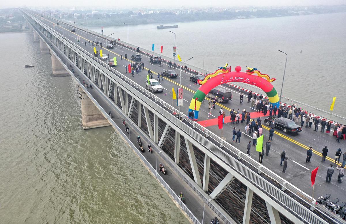 Lễ thông xe dự án sửa chữa mặt cầu Thăng Long, sáng 7/1. Ảnh: Giang Huy