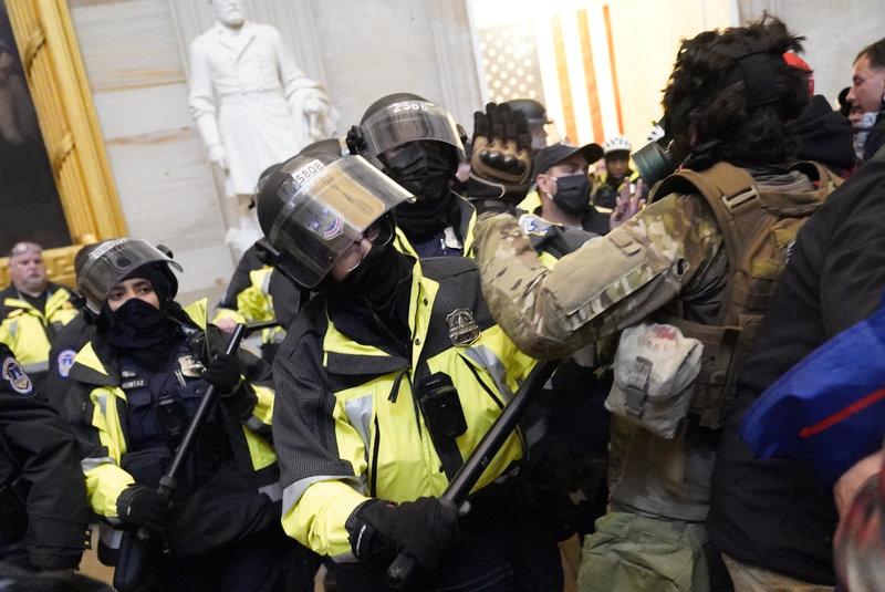 Cảnh sát đối đầu người biểu tình xông vào Đồi Capitol hôm 6/1. Ảnh: Reuters.