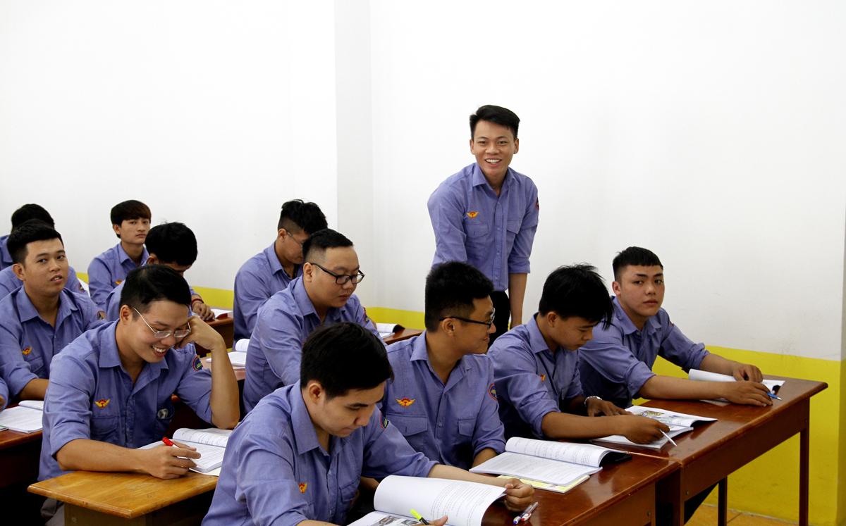 Học viên học lái tàu Metro Số 1 hồi tháng 7. Ảnh: Gia Minh.