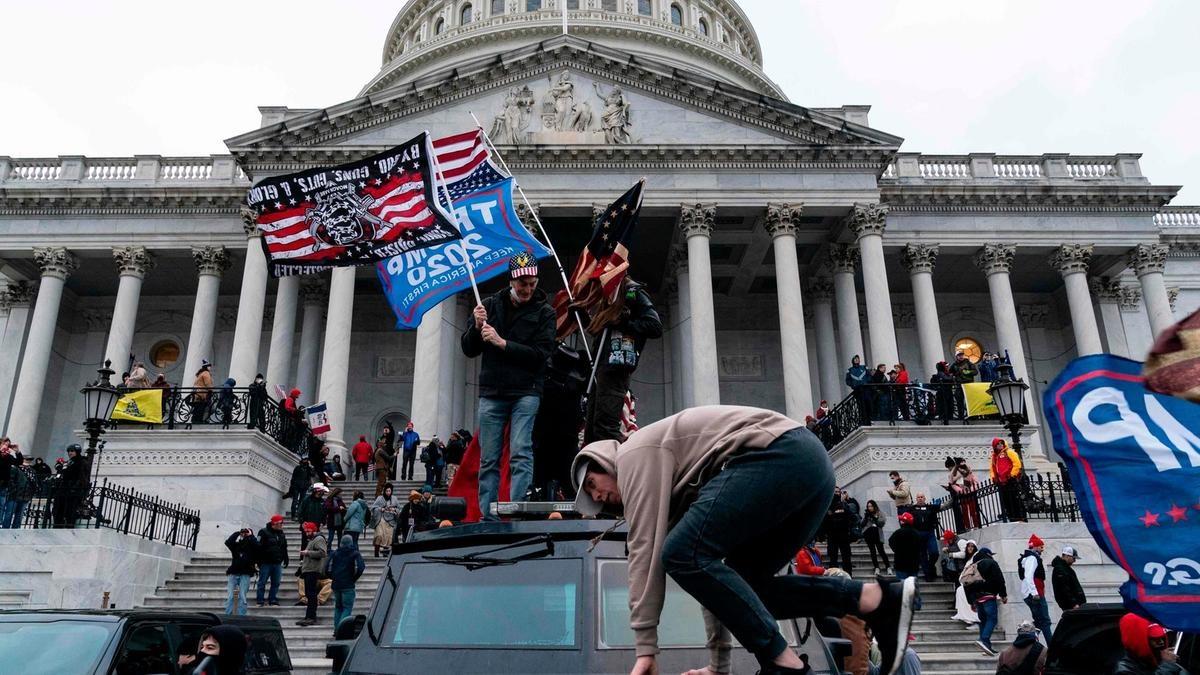 Người ủng hộ Trump bên ngoài tòa nhà quốc hội ở Washington DC ngày 6/1. Ảnh: Reuters.