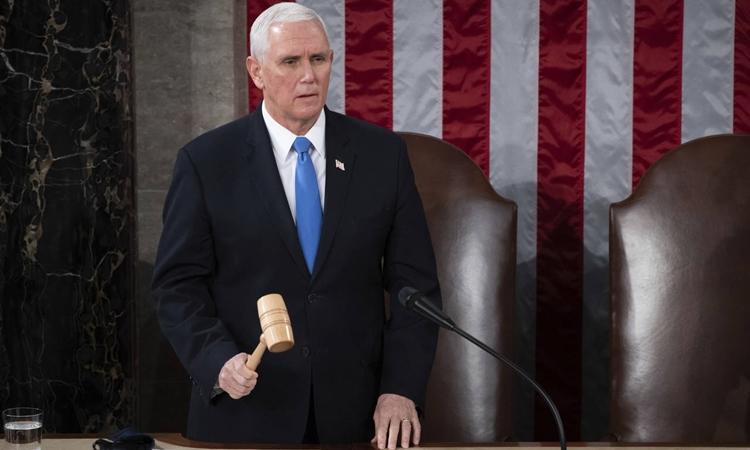 Phó tổng thống Mỹ Mike Pence gõ búa tuyên bố kết thúc phiên họp lưỡng viện quốc hội chứng nhận chiến thắng của Joe Biden tại Điện Capitol hôm 6/1. Ảnh: Reuters.