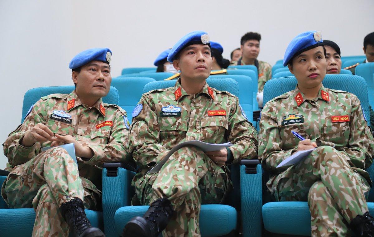 Đại tá Mạc Đức Trọng, Phó cục trưởng Gìn giữ hòa bình Việt Nam (đầu tiên từ trái qua) - một trong hai người đầu tiên đi làm nhiệm vụ tại phái bộ Gìn giữ hòa bình Liên Hợp Quốc ở Nam Sudan. Ảnh: Hoàng Thùy