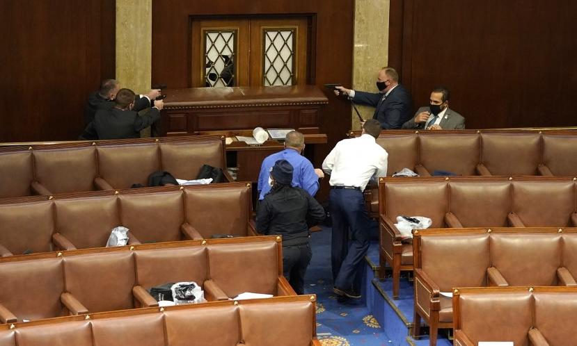 Các nghị sĩ Texas (áo xanh và trắng) đứng cố thủ ở cửa ra vào nghị trường hôm 6/1. Ảnh: AFP.