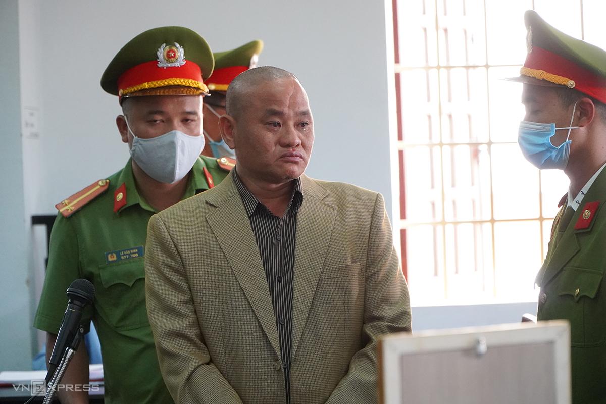 Bị cáo Minh quay về phía di ảnh Trần Nho Vương, nói lời xin lỗi, chiều 7/1. Ảnh: Trần Hoá.