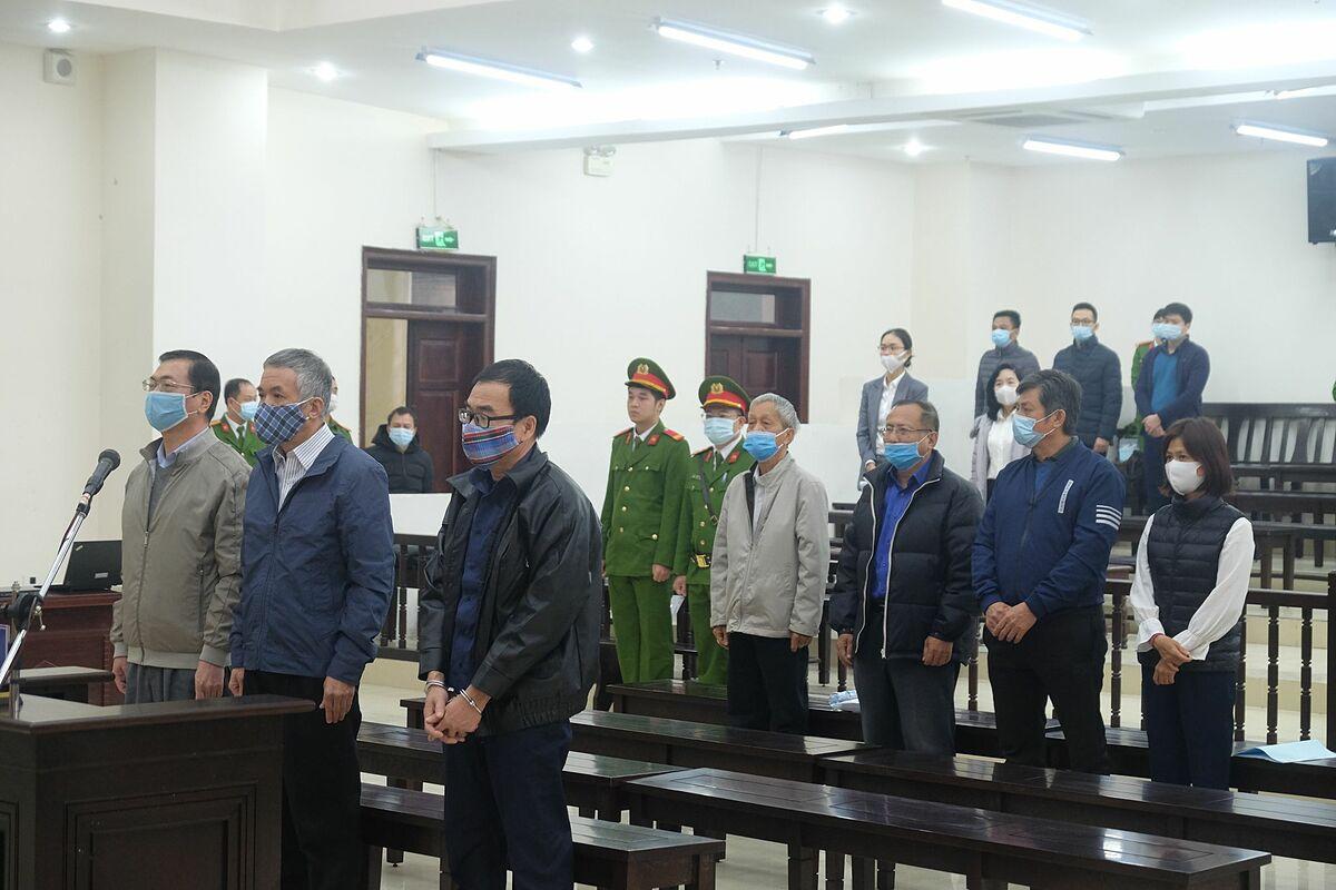 7 trong 10 bị cáo có mặt tại tòa trong phần khai mạc. Ảnh: Xuân Hoa