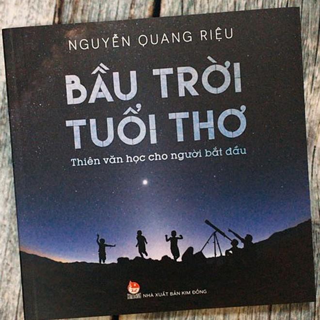 Cuốn sách Bầu trời tuổi thơ do GS Nguyễn Quang Riệu viết. Ảnh: NXB Kim Đồng.