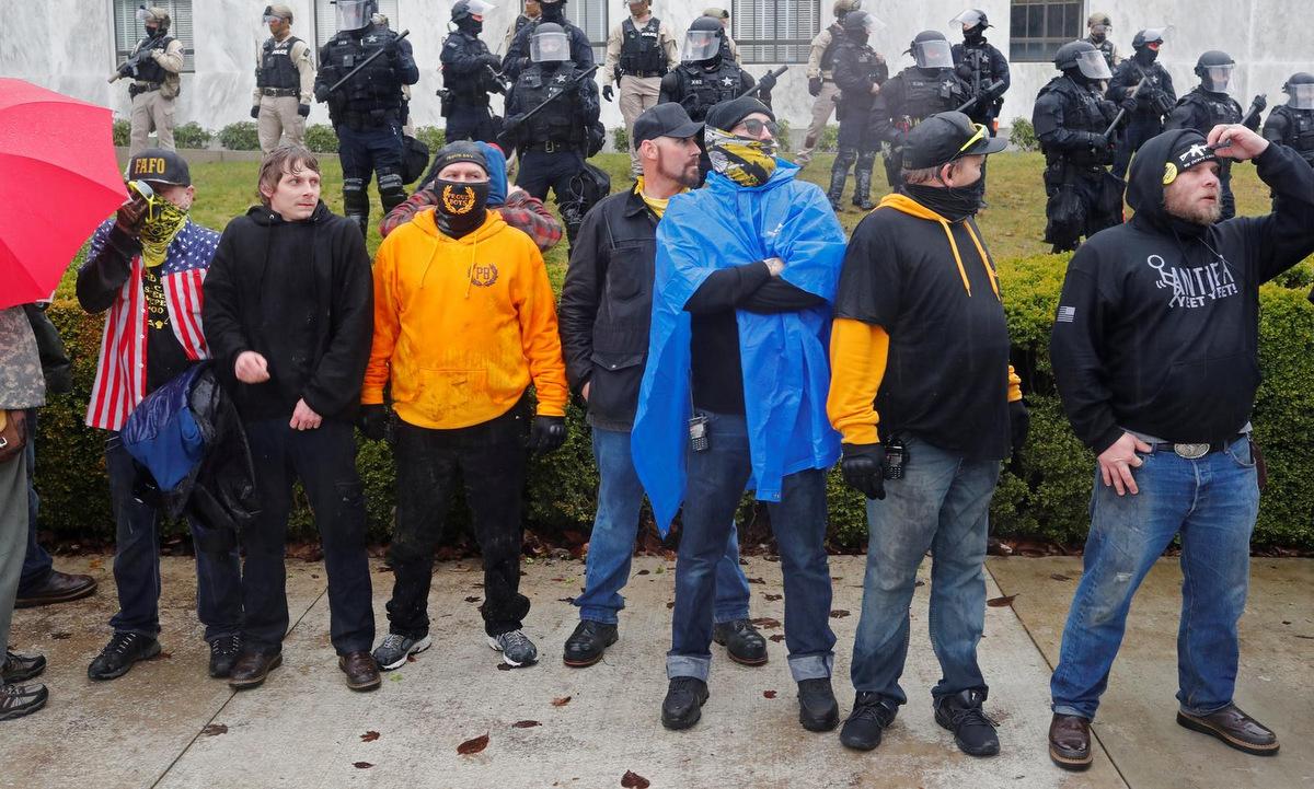 Người biểu tình ủng hộ Trump tại thành phố Salem, bang Oregon, hôm 6/1. Ảnh: Reuters.