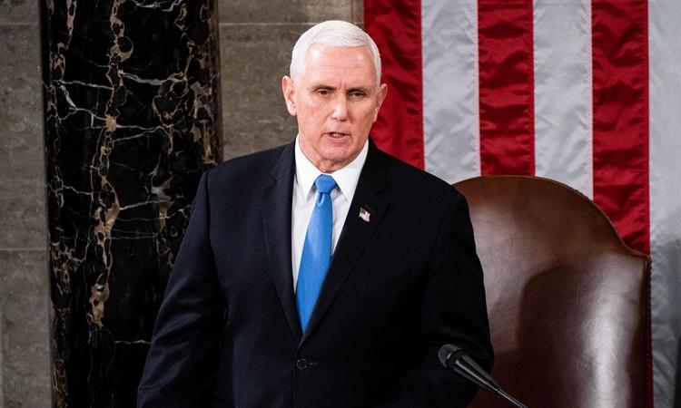 Phó tổng thống Mỹ Mike Pence trong phiên họp lưỡng viện quốc hội chứng nhận chiến thắng của Joe Biden, tại tòa nhà quốc hội hôm 6/1. Ảnh: Reuters.