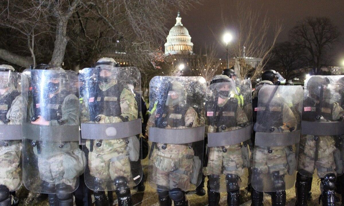 Vệ binh Quốc gia Đặc khu Columbia lập hàng rào an ninh bên ngoài tòa nhà quốc hội Mỹ, ngày 6/1. Ảnh: MilitaryTimes.