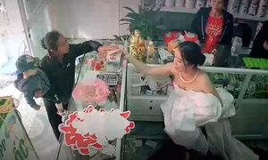 Cô dâu chạy ra bán thuốc cho khách