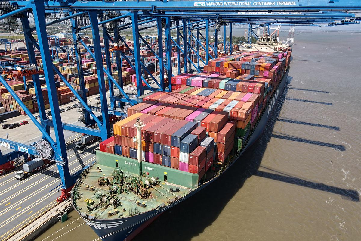 Hoạt động xuất nhập khẩu hàng hóa qua cảng biển Hải Phòng đóng góp vào nguồn thu ngân sách không nhỏ cho thành phố. Ảnh: Giang Chinh
