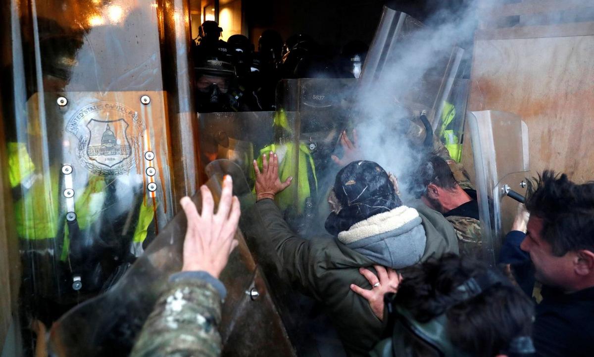Cảnh sát chặn người biểu tình định xâm nhập Đồi Capitol hôm 6/1. Ảnh: Reuters.