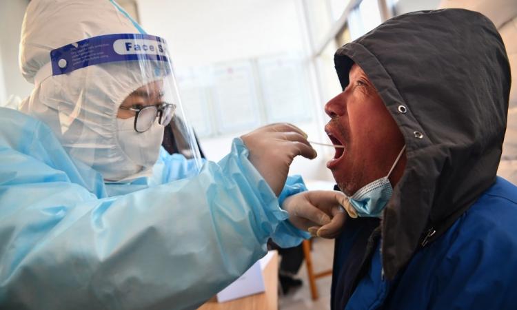 Nhân viên y tế lấy mẫu xét nghiệm Covid-19 cho người dân ở Thạch Gia Trang, tỉnh Hà Bắc, Trung Quốc hôm 6/1. Ảnh: AFP.