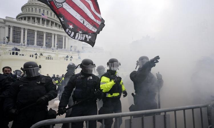 Cảnh sát Mỹ rào chắn ngăn người biểu tình xông vào tòa nhà quốc hội hôm 6/1. Ảnh: AP.