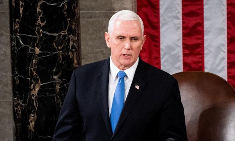 Phó tổng thống Mỹ Mike Pence chủ trì phiên họp quốc hội hôm 6/1. Ảnh: AFP.