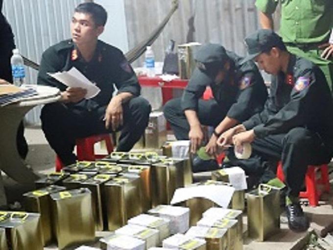 Cảnh sát thu giữ tang vật sản xuất xăng giả, năm 2019. Ảnh: Công an cung cấp.